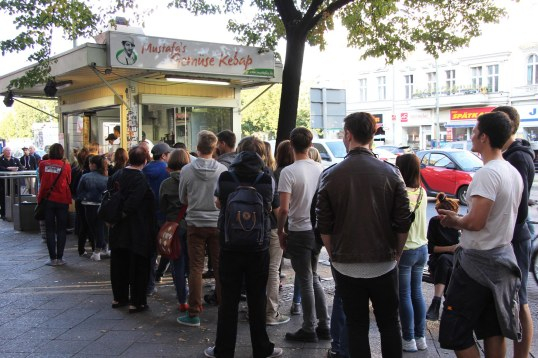 the-queue-at-mustafas-gemc3bcse-kebap-in-berlin-001